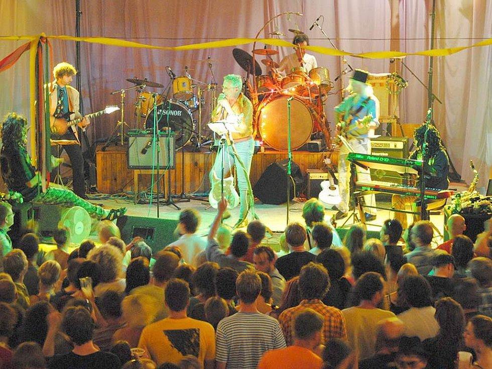 MTO Universal koncertoval opět v sokolovně Bzí na Železnobrodsku.