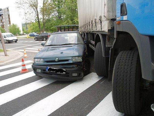Nehoda na křižovatce si vyžádala čtyřicetitisícovou škodu na vozidlech.