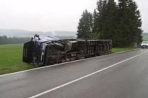 Pod kamionem se utrhla krajnice. Souprava skončila na boku.