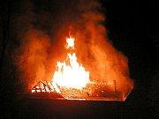 Požár sokolovny ve Zlaté Olešnici v roce 2003.