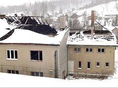 Sokolovna ve Zlaté Olešnici po požáru v roce 2003.