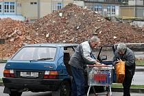 Demolice budov před dvěma lety. Místo hromad sutě dnes stojí supermarket.