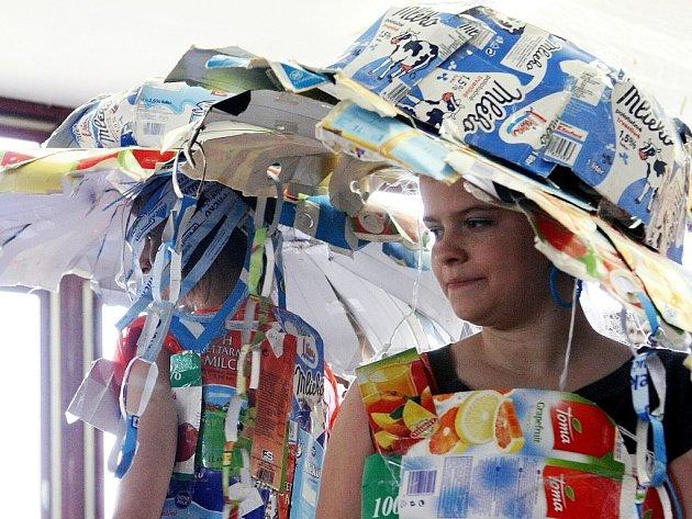 V ZŠ Arbesova připravili módní přehlídku z recyklovatelných materiálů.