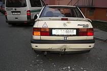 Ze zadu nabouraný vůz VW Vento. Viník se snažil v úterý 11. listopadu  ujet.