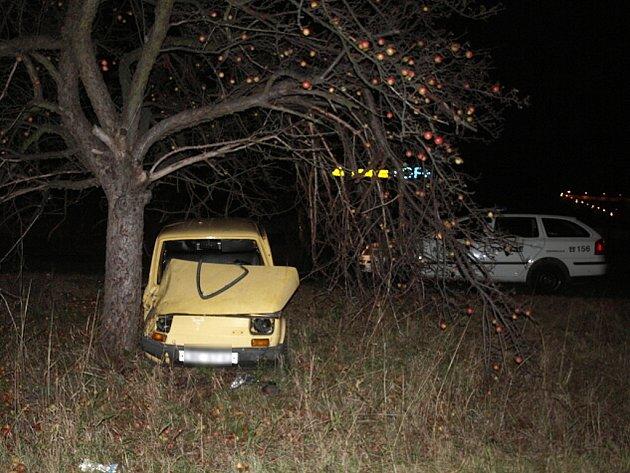 V nabouraném voze zanechal v úterý 11. listopadu v devět hodin večer neznámý řidič i klíčky.