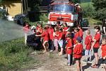 Dobrovolní hasiči z Proseče nad Nisou na letním dětském táboře s ukázkou činnosti.