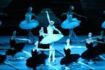 Balet Labutí jezero v podání jemné i smyslné Marii Alexandrové jako stvořené pro dvojroli labutí princezny a mužného Ruslana Skvorcova s dokonalou ruskou taneční technikou.