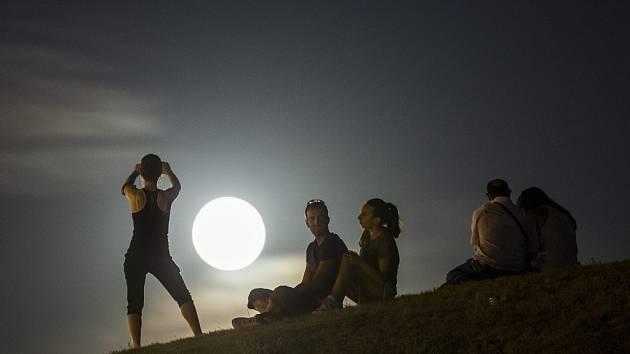 Na superúplněk (na snímku z loňského roku) se můžeme těšit například letos i 28. září, kdy si vesmír jako bonus přichystal. V noci z 27. na 28. září dojde k úplnému zatmění měsíce.