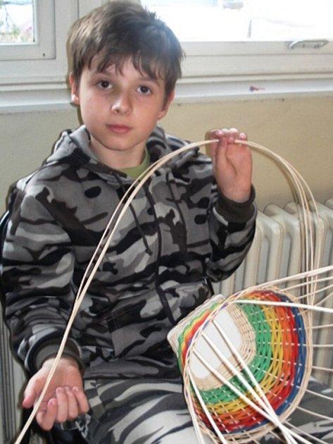 Do boje s neposednými proutky při výrobě košíků se v Majáku pustily i čtyři děti. Dominik Legát z páté třídy byl na svůj výtvor náležitě hrdý.