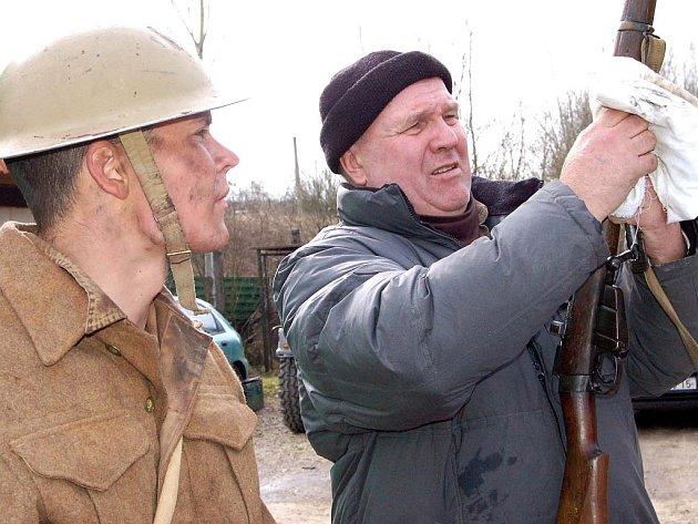 Muzeum na demarkační linii na okraji Rokycan si zvolili filmaři pro dotočení scén válečného snímku Tobruk. Ústřední postavou je Jan Meduna (vlevo), který se zájmem sledoval, jak šéf muzea František Koch umí vyčistit zbraň.