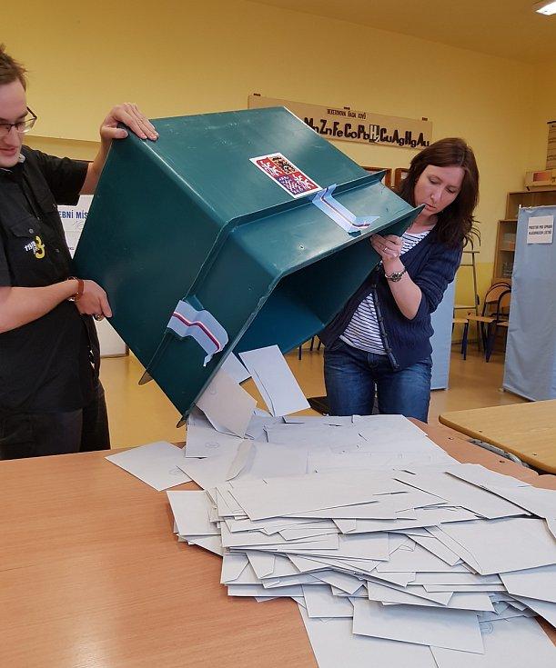 Odpečetěním urny a vysypáním odevzdaných obálek s hlasovacími lístky začalo sčítání hlasů také v okrsku č. 16 v Jablonci nad Nisou, v Gymnáziu U Balvanu.