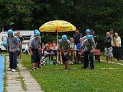 Sbor dobrovolných hasičů Zlatá Olešnice. Vysmátí muži na startu.