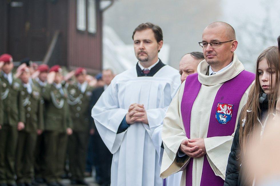 Pohřeb českého válečného veterána Jaroslava Mevalda, který zemřel 10. listopadu ve věku 39 let, proběhl 22. listopadu v kostele sv. Františka z Pauly v Albrechticích v Jizerských horách. Na snímku vpravo je Petr Šabaka, vojenský kaplan 31. pluku radiační,