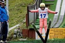 Několik desítek skokanů z celé republiky si mohlo v pátek vyzkoušet skoky na lyžích při nově zbudovaném umělém osvětlení.