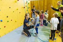Město Tanvald ve spolupráci s Horolezeckým oddílem TJ Jiskry Tanvald vybudovalo ve sportovní hale na Výšině novou horolezeckou stěnu.