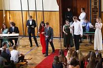 Předávání symbolického balvánku při příležitosti vítání prvního ročníku na jabloneckém Gymnáziu U Balvanu.