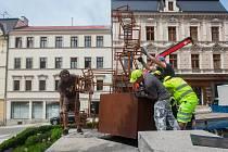 Dělníci usadili 30. května před radnici v Jablonci nad Nisou Sedící figuru, železnou sochu, jejímž autorem je Jakub Flejšar.