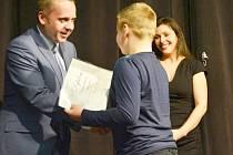 Náměstek primátora Pavel Svoboda předává ocenění jednomu z vítězů