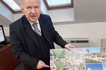 Starosta obce Koberovy Jindřich Kvapil ukazuje fotokoláž z investičních akcí obce.