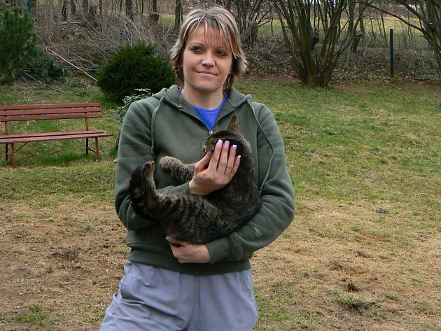 Dagmar Kubištová s jedním ze zvířat z útulku Dášenka.