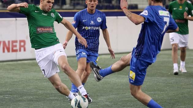 Indoor Fotbal Cup 2013 vyhrál Baumit Jablonec (v zeleném). Na snímku Filip Novák z Jablonce bojuje o míč s Lubošem Huškem z Liberce.