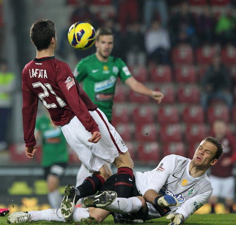 Jablonec hrál na Spartě 2:2. Na snímku David Latata ze Sparty a brankář Roman Valeš z Jablonce.