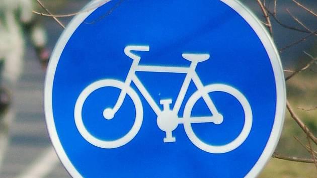 Výjezd přes chodník z ulice Horská je nebezpečný, křižuje i cyklostezku.