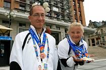 Úspěšní medailisté pózovali před jabloneckou radnicí se svou čerstvou sbírkou medailí. Ondřej Nikodým a Jana Broulíková.