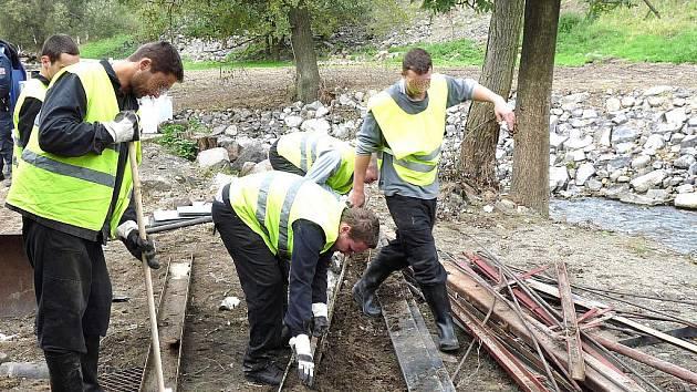 V pondělí odjelo dvacet čtyři odsouzených z Věznice Rýnovice na pomoc při odstraňování škod po ničivých povodních do obce Heřmanice na Frýdlantsku. Jedná se o odsouzené, kteří splňují kritéria pro pracovní zařazení mimo věznici a jsou zařazeni do věznice
