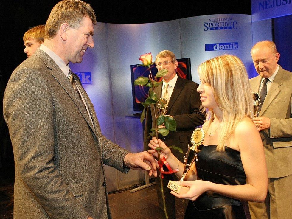 """Vyhlášení ankety """"Sportovec Libereckého kraje 2008"""" v divadle F. X. Šaldy. Imrich Bugár předává cenu Anetě Brabcové SSK Manušice (střelba)."""