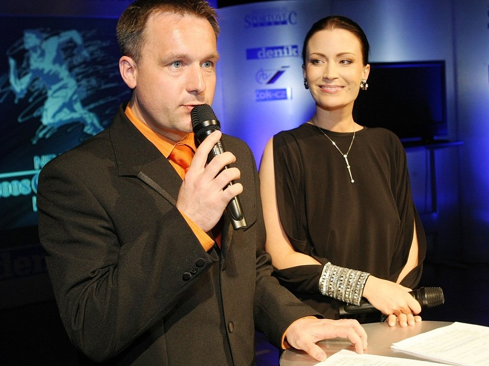 """Vyhlášení ankety """"Sportovec Libereckého kraje 2008"""" v divadle F. X. Šaldy. Moderátorská dvojice Šilhan – Partyšová."""