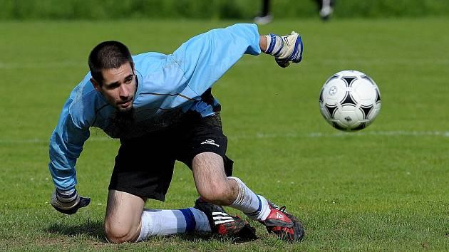 Brankář Jenišovic Sucharda ve Víchové chytil penaltu, ale zápas nedohrál. Po dvou žlutých byl vyloučen.