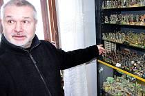 Jiří Vavřín ukazuje papírové vojáčky