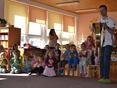 Nejdříve si pohár T. G. Masaryka prohlédly děti z Mateřské školky.