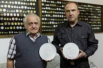 Výtvarných předloh se ujali medailéři Jaroslav Bejvl a Petr Horák.