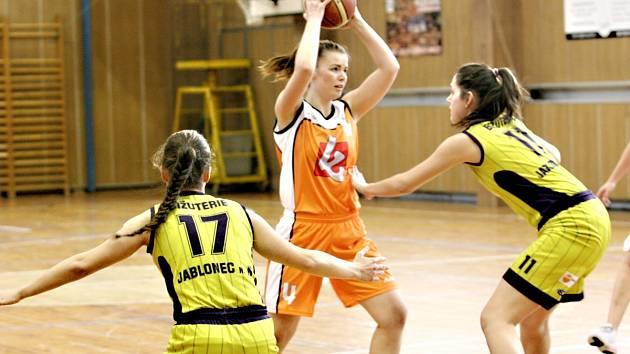 Napínavé zápasy hrály basketbalistky TJ Bižuterie. Porazily dokonce Spartu.
