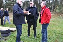 Ministr životního prostředí Richard Brabec (v červeném).