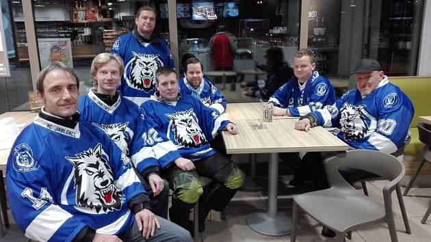 Za svým týmem jabloneckých Vlků jezdí fanoušci i na zápasy II. ligy, které hrají na ledě soupeřů.