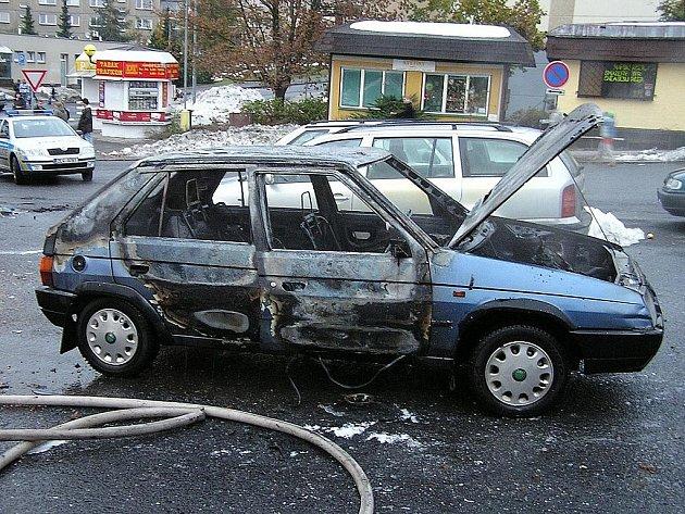 V sobotu 24. října 2009 okolo půl šesté večer začal na parkovišti v ulici U Kostela v Jablonci nad Nisou hořet osobní vůz značky Škoda Favorit.