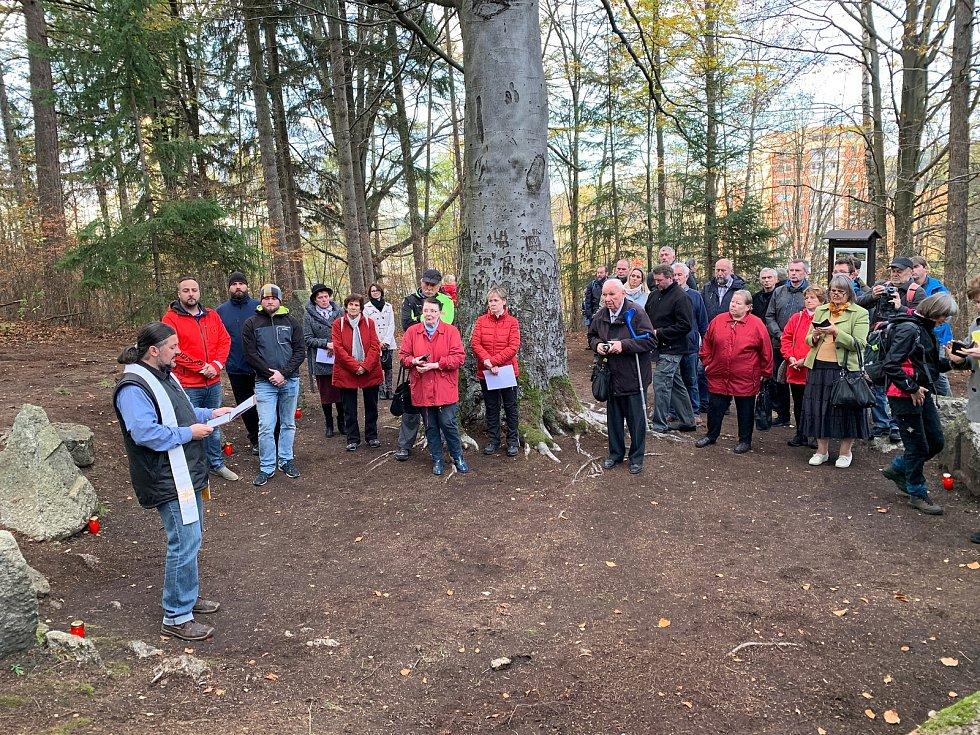 Slavnostně byl obnovený Háj hrdinů symbolicky odhalený 30. října za účasti veřejnosti. Požehnání se ujal jablonecký starokatolický farář Karel Koláček.