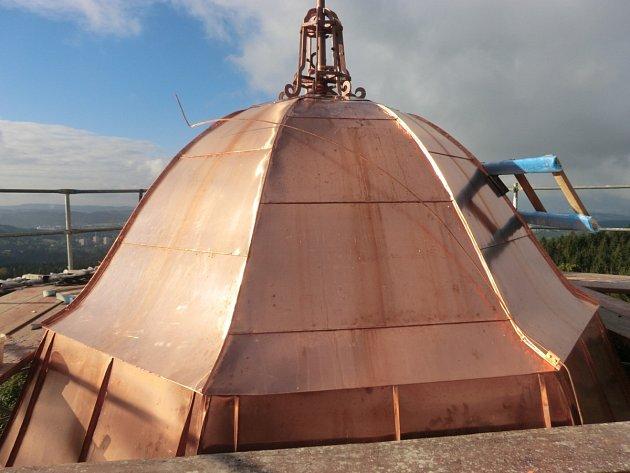 Zbrusu nová střecha rozhledny září do dáli