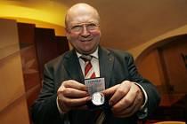 První československý kosmonaut Vladimír Remek představil 3. března v Praze stříbrnou pamětní medaili, kterou vydala Česká Mincovna v Jablonci.