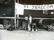 Třídenní hladovka mladých lidí na protest proti okupaci před libereckou radnicí.