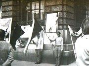 Československá a černá vlajka před libereckou radnicí, kde v srpnu zastřelili lidi.