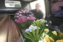 Fotoreportér Deníku si na vlastní kůži vyzkoušel práci funebráka u teplického pohřebního ústavu.