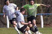 Fotbalisté Zásady (V bílém) v prvním jarním kole doma prohráli s Krásnou Studánkou 1:2. Domácí zahodili řadu dobrých šancí včetně neproměněné penalty.