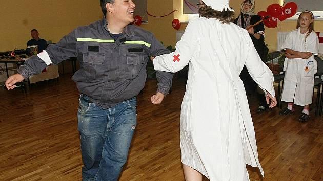Maškarní rej uspořádal jablonecký Český červený kříž ve Spolkovém domě jako rozloučení s prázdninami.