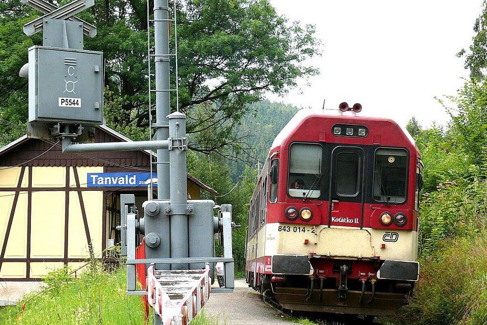 Lépe monitorovat dopravní nehody na železničních přejezdech a rychleji u nich zasahovat. To je smyslem nového systému, který má umožnit jednoduchou, jednotnou a jednoznačnou identifikaci jednotlivých přejezdů. U zastávky Tanvald nese číslo P5544.