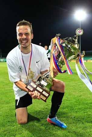 Filip Novák měl ze zisku trofeje pro vítěze poháru obrovskou radost. Stejně jako všichni jeho spoluhráči a příznivci Jablonce.