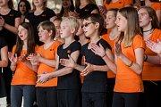 Dětský pěvecký sbor Iuventus Gaude! (na snímku) a taneční soubor při ZUŠ vystoupili 6. června v Jablonci nad Nisou v rámci hudebního festivalu Město plné tónů 2018.